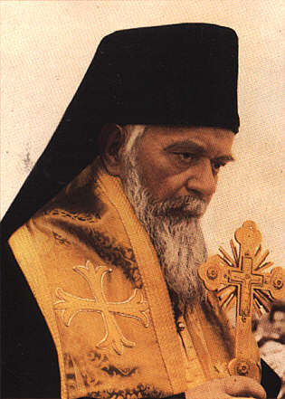 photo de saint Nicolas Velimirovic prechant, croix a la main