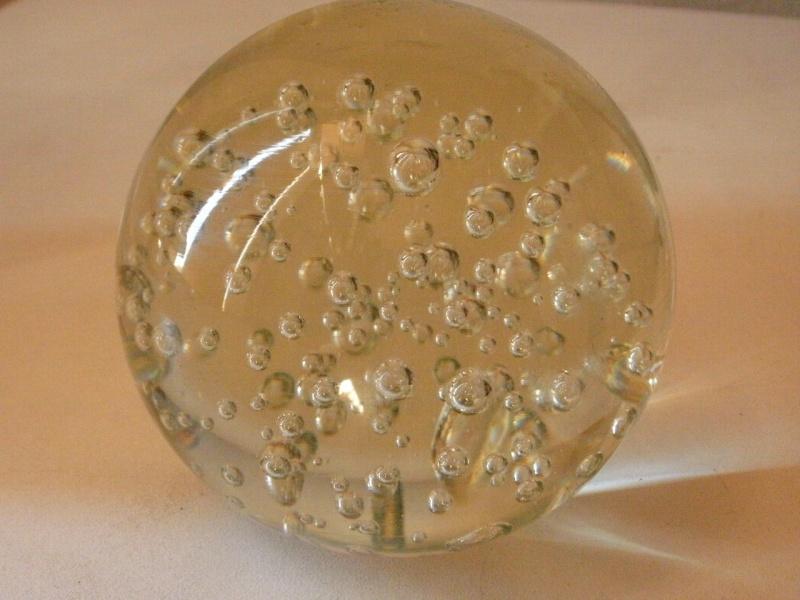 Célèbre boule presse papier verre ou christal ? TM89